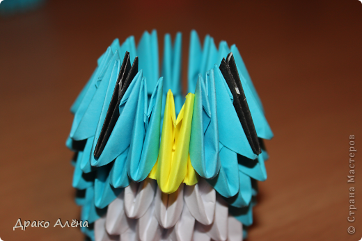 Всем добрый день. Мастер класс модульного пингвинчика уже есть в стране мастеров, но у меня спрашивали мк моих (http://stranamasterov.ru/node/381132), и я решилась его сделать. Для создания такой малышки понадобится совсем не много модулей 124 синих, 21 белый, 5 желтых и 2 черных. фото 9