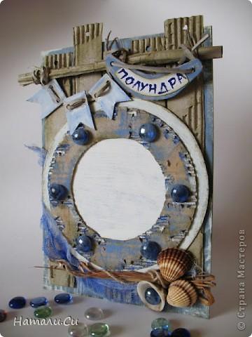 Привет...делала работув качестве приглашенного дизайнера,а по случаю и для сына моей близкой подруги и крестной мамы всех моих деток...У меня получилась морская фоторамка для маленького пирата. Ассоциативно-это иллюминатор старого облезлого деревянного корабля, который выгорел на жарком солнце и морском ветре, корабля,который бывал во многих передрягах и пережил массу приключений.. такая классическая мальчишечья история))) Иллюминатор приклеен с одной стороны, легко отгибается и туда можно вставить фотографию. Размер всей работы-А4..По материалам- картон и гофрокартон, бумага для пастели, акрил и гуашь, марля и шпагат, и ракушки и бусины... фото 1