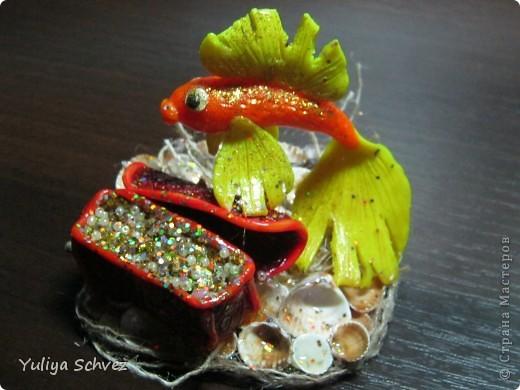 Вот такие ЗОЛОТЫЕ РЫБКИ у меня получились, рыбок лепила с воскового пластилина и покрыла лаком. фото 3
