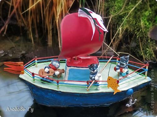 """Добрый день, вечер, утро, дорогие мастера и мастерицы! Нашла фотографии стааааааренькой поделки :-) делали вместе с сыном для интернет-конкурса """"Тяну я кораблик по быстрой реке"""". Решила поделиться, вдруг кому пригодится наш опыт. Кораблик, конечно, не плавал (сделан из пластилина), но гордо восседал на полке с игрушками :-)  Вот готовое судно с тремя Матроскиными (из киндеров). На корабле все чин-чинарем: и каюта, и парус, и якорь, и песни, и рыбалка. Ну и молочко для команды =)) фото 2"""