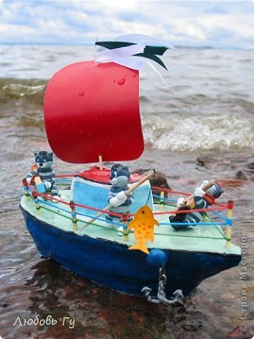 """Добрый день, вечер, утро, дорогие мастера и мастерицы! Нашла фотографии стааааааренькой поделки :-) делали вместе с сыном для интернет-конкурса """"Тяну я кораблик по быстрой реке"""". Решила поделиться, вдруг кому пригодится наш опыт. Кораблик, конечно, не плавал (сделан из пластилина), но гордо восседал на полке с игрушками :-)  Вот готовое судно с тремя Матроскиными (из киндеров). На корабле все чин-чинарем: и каюта, и парус, и якорь, и песни, и рыбалка. Ну и молочко для команды =)) фото 3"""