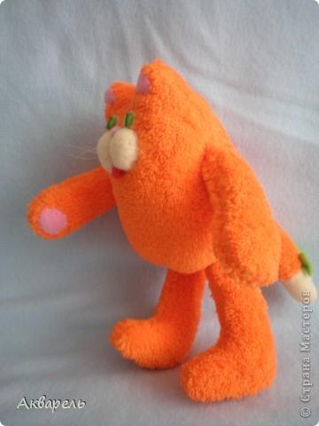 Котик Барсик у меня создался за утро. Встала рано и пока тихо сшила вот это чудо рыжее и пушистое, мягкое. Выкройку сделала сама, примерно как задумала еще с вечера. Было припасено очень мягонькое полотенце, наверное флисовое, оранжевого цвета, не хрустит и такое приятное, пушистое. Вот оно и напросилось на котика. Все сшила вручную. Клеем не пользовалась. В ход пошли малюсенькие кусочки флиса. Собираю ведь всякие лоскутки. И два стекляруса на глазки. И усики из лески для бисероплетения. фото 5