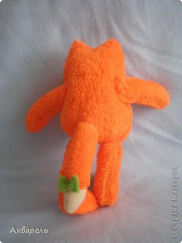 Котик Барсик у меня создался за утро. Встала рано и пока тихо сшила вот это чудо рыжее и пушистое, мягкое. Выкройку сделала сама, примерно как задумала еще с вечера. Было припасено очень мягонькое полотенце, наверное флисовое, оранжевого цвета, не хрустит и такое приятное, пушистое. Вот оно и напросилось на котика. Все сшила вручную. Клеем не пользовалась. В ход пошли малюсенькие кусочки флиса. Собираю ведь всякие лоскутки. И два стекляруса на глазки. И усики из лески для бисероплетения. фото 6