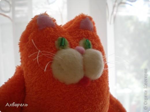 Котик Барсик у меня создался за утро. Встала рано и пока тихо сшила вот это чудо рыжее и пушистое, мягкое. Выкройку сделала сама, примерно как задумала еще с вечера. Было припасено очень мягонькое полотенце, наверное флисовое, оранжевого цвета, не хрустит и такое приятное, пушистое. Вот оно и напросилось на котика. Все сшила вручную. Клеем не пользовалась. В ход пошли малюсенькие кусочки флиса. Собираю ведь всякие лоскутки. И два стекляруса на глазки. И усики из лески для бисероплетения. фото 10