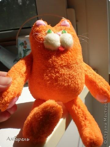 Котик Барсик у меня создался за утро. Встала рано и пока тихо сшила вот это чудо рыжее и пушистое, мягкое. Выкройку сделала сама, примерно как задумала еще с вечера. Было припасено очень мягонькое полотенце, наверное флисовое, оранжевого цвета, не хрустит и такое приятное, пушистое. Вот оно и напросилось на котика. Все сшила вручную. Клеем не пользовалась. В ход пошли малюсенькие кусочки флиса. Собираю ведь всякие лоскутки. И два стекляруса на глазки. И усики из лески для бисероплетения. фото 11