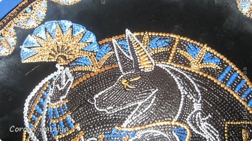 """Доброго времени суток! Сегодня я с декоративной тарелкой,на которой изображен Анубис - в греческой мифологии проводник в царство мертвых.В сообществе точечной росписи проходил конкурс """"Мифические животные"""",я выбрала именно его,почему? Понравился, и потом я большая поклонница Макса Фрая, а у него в одной из книг,Анубис сыграл очень интересную роль  при помощи собаки,ну кто читал,тот знает,пересказывать не буду. В общем на ваш суд. фото 5"""