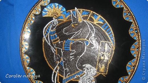 """Доброго времени суток! Сегодня я с декоративной тарелкой,на которой изображен Анубис - в греческой мифологии проводник в царство мертвых.В сообществе точечной росписи проходил конкурс """"Мифические животные"""",я выбрала именно его,почему? Понравился, и потом я большая поклонница Макса Фрая, а у него в одной из книг,Анубис сыграл очень интересную роль  при помощи собаки,ну кто читал,тот знает,пересказывать не буду. В общем на ваш суд. фото 6"""