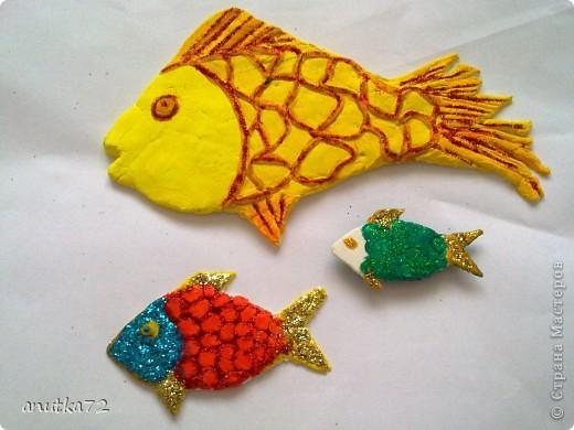 Семейство рыб. Начались каникулы и старший воспитатель решил осуществить свою заветную мечту - сделать комнату как аквариум... и вот что получилось... ( вылеплены рыбки из быстросохнущей на воздухе  массы) фото 1