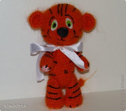 Добрый день! Связала в подарок сестренке тигренка. Она родилась в год тигра. Теперь будет у нее мохеровый талисман ростом примерно 16-18 см. Вязала по схеме Аксеновой Евгении. фото 1