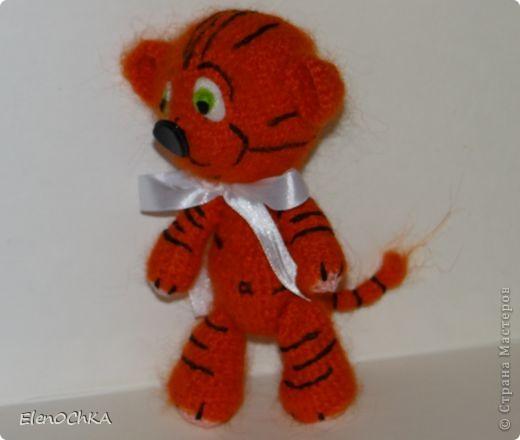 Добрый день! Связала в подарок сестренке тигренка. Она родилась в год тигра. Теперь будет у нее мохеровый талисман ростом примерно 16-18 см. Вязала по схеме Аксеновой Евгении. фото 2