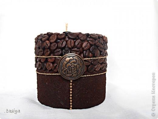 Приветик мои хорошие))))))) Попросили сделать небольшую кофейную свечку с золотом. Высота 9 см. Диаметр 10 см. Пахнет кофе и шоколадом)))) Ниточка и шарики золотые, на фото не видно((( Роза бронзовая))))))))) фото 1