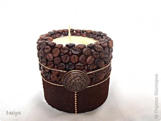 Приветик мои хорошие))))))) Попросили сделать небольшую кофейную свечку с золотом. Высота 9 см. Диаметр 10 см. Пахнет кофе и шоколадом)))) Ниточка и шарики золотые, на фото не видно((( Роза бронзовая))))))))) фото 2