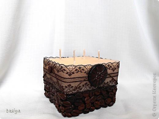 Приветик мои хорошие))))))) Попросили сделать небольшую кофейную свечку с золотом. Высота 9 см. Диаметр 10 см. Пахнет кофе и шоколадом)))) Ниточка и шарики золотые, на фото не видно((( Роза бронзовая))))))))) фото 4