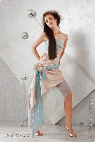 Вот в таком платье я была дружкой на свадьбе у подруги! Сочетание цветов: фиолетовый и золотой. Материалы: Жаккард на основу платья, атлас стрейч на верхнюю юбку и органза металлик разных цветов на два нижних слоя юбки, кружево для декора. фото 2