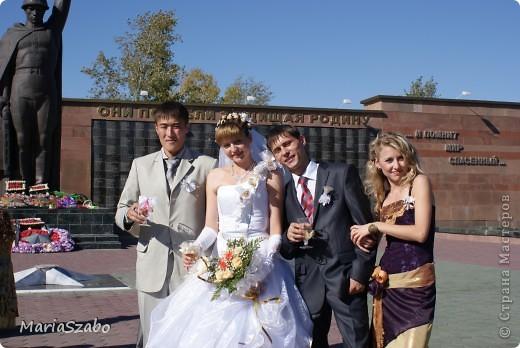 Вот в таком платье я была дружкой на свадьбе у подруги! Сочетание цветов: фиолетовый и золотой. Материалы: Жаккард на основу платья, атлас стрейч на верхнюю юбку и органза металлик разных цветов на два нижних слоя юбки, кружево для декора. фото 3