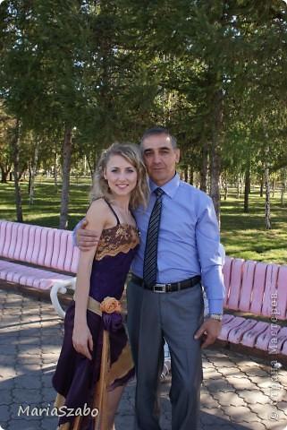 Вот в таком платье я была дружкой на свадьбе у подруги! Сочетание цветов: фиолетовый и золотой. Материалы: Жаккард на основу платья, атлас стрейч на верхнюю юбку и органза металлик разных цветов на два нижних слоя юбки, кружево для декора. фото 4