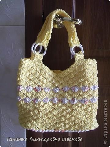 Доброго дня суток всем жителям страны мастеров! И вновь я представляю вашему вниманию свою новую коллекцию сумок из полиэтиленовых пакетов. Итак, начнём! Это сумочка-клатч, связанная из белых полиэтиленовых пакетов.   фото 13