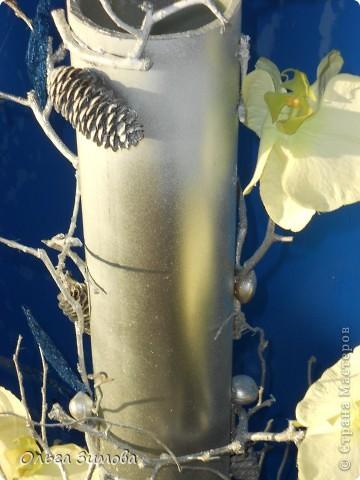 Вот такую напольную вазу я сделала своей близкой родственнице. Девушка с фантазией, поэтому надеюсь она будет довольна подарком.За  основу взяла пластмассовую трубу, декорировала сухими веточками айвы Украсила орешками- фундуком, шишками..Покрасила серебром из баллончика. Немного подработала белым цветом.И в заключении украсила искусственными цветами и листочками из сизаля. фото 3
