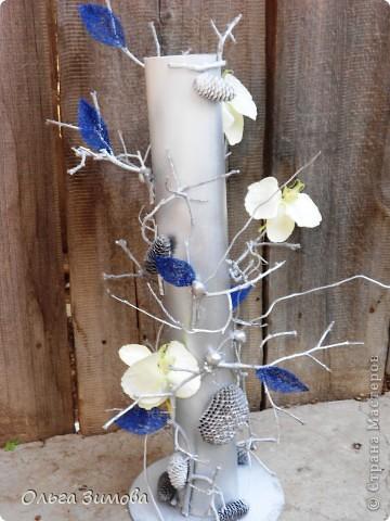 Вот такую напольную вазу я сделала своей близкой родственнице. Девушка с фантазией, поэтому надеюсь она будет довольна подарком.За  основу взяла пластмассовую трубу, декорировала сухими веточками айвы Украсила орешками- фундуком, шишками..Покрасила серебром из баллончика. Немного подработала белым цветом.И в заключении украсила искусственными цветами и листочками из сизаля. фото 5