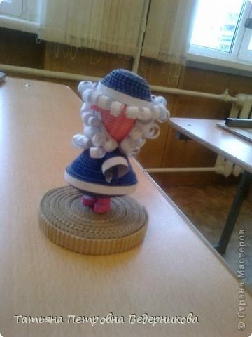 В 3 классе мы не забыли и про квилинг. Работа с гофрокартоном ребятам очень нравится. К Новому году сделали Деда Мороза. фото 2