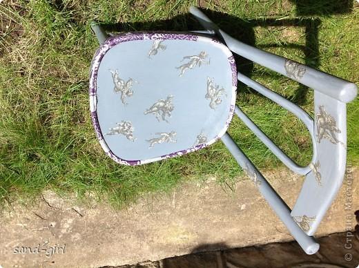И снова здравствуйте! Как всегда я не даю мебели на даче выбрасываться! Старый коричневый стул был покрашен серой краской и залеплен ангелочками с салфетки, которую мне подарила ТА bukfa.  фото 2