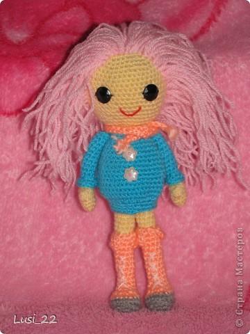Буквально недавно на просторах интернета нашла прелестных куклёх http://www.liveinternet.ru/users/tenderrainy/post184437570/. Они очень милые и аккуратные. Сразу же захотелось связать , а взгляд пал на девочку с розовыми волосами и  в сапожках. И, связалась моя предыдущая кукла Мия http://stranamasterov.ru/node/381385. Конечно она не похожа на Кенди, но всё же. И вот, пару дней назад, в контакте  в группе амигуруми , вязаная игрушка http://vk.com/amiguru я нахожу описание этой Кенди. Собственно описание  http://vk.com/wall-28192313_4900, под фото прикреплённый файл. Конечно же я взялась её вязать, и за вчерашний день родилась моя Кенди. фото 2