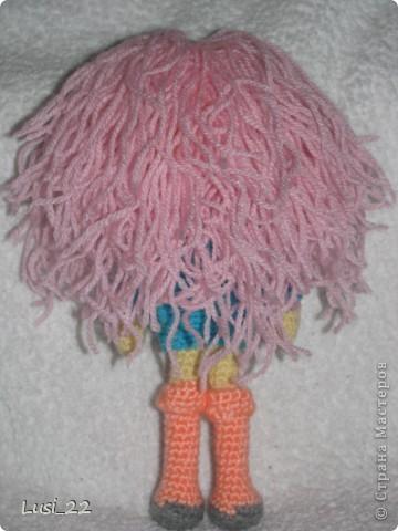 Буквально недавно на просторах интернета нашла прелестных куклёх http://www.liveinternet.ru/users/tenderrainy/post184437570/. Они очень милые и аккуратные. Сразу же захотелось связать , а взгляд пал на девочку с розовыми волосами и  в сапожках. И, связалась моя предыдущая кукла Мия http://stranamasterov.ru/node/381385. Конечно она не похожа на Кенди, но всё же. И вот, пару дней назад, в контакте  в группе амигуруми , вязаная игрушка http://vk.com/amiguru я нахожу описание этой Кенди. Собственно описание  http://vk.com/wall-28192313_4900, под фото прикреплённый файл. Конечно же я взялась её вязать, и за вчерашний день родилась моя Кенди. фото 3