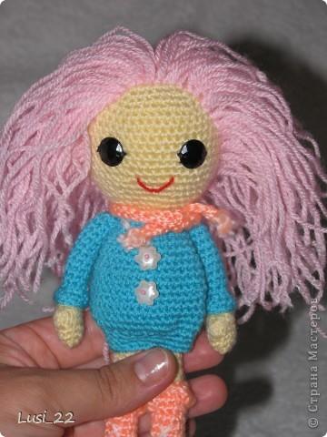 Буквально недавно на просторах интернета нашла прелестных куклёх http://www.liveinternet.ru/users/tenderrainy/post184437570/. Они очень милые и аккуратные. Сразу же захотелось связать , а взгляд пал на девочку с розовыми волосами и  в сапожках. И, связалась моя предыдущая кукла Мия http://stranamasterov.ru/node/381385. Конечно она не похожа на Кенди, но всё же. И вот, пару дней назад, в контакте  в группе амигуруми , вязаная игрушка http://vk.com/amiguru я нахожу описание этой Кенди. Собственно описание  http://vk.com/wall-28192313_4900, под фото прикреплённый файл. Конечно же я взялась её вязать, и за вчерашний день родилась моя Кенди. фото 4
