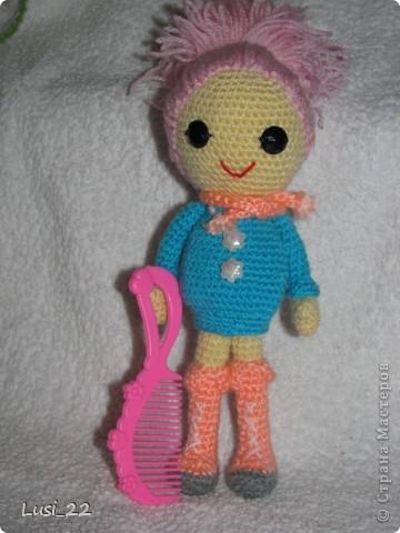 Буквально недавно на просторах интернета нашла прелестных куклёх http://www.liveinternet.ru/users/tenderrainy/post184437570/. Они очень милые и аккуратные. Сразу же захотелось связать , а взгляд пал на девочку с розовыми волосами и  в сапожках. И, связалась моя предыдущая кукла Мия http://stranamasterov.ru/node/381385. Конечно она не похожа на Кенди, но всё же. И вот, пару дней назад, в контакте  в группе амигуруми , вязаная игрушка http://vk.com/amiguru я нахожу описание этой Кенди. Собственно описание  http://vk.com/wall-28192313_4900, под фото прикреплённый файл. Конечно же я взялась её вязать, и за вчерашний день родилась моя Кенди. фото 7