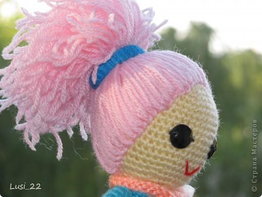Буквально недавно на просторах интернета нашла прелестных куклёх http://www.liveinternet.ru/users/tenderrainy/post184437570/. Они очень милые и аккуратные. Сразу же захотелось связать , а взгляд пал на девочку с розовыми волосами и  в сапожках. И, связалась моя предыдущая кукла Мия http://stranamasterov.ru/node/381385. Конечно она не похожа на Кенди, но всё же. И вот, пару дней назад, в контакте  в группе амигуруми , вязаная игрушка http://vk.com/amiguru я нахожу описание этой Кенди. Собственно описание  http://vk.com/wall-28192313_4900, под фото прикреплённый файл. Конечно же я взялась её вязать, и за вчерашний день родилась моя Кенди. фото 6