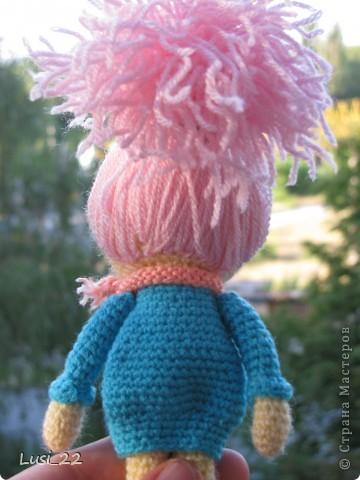 Буквально недавно на просторах интернета нашла прелестных куклёх http://www.liveinternet.ru/users/tenderrainy/post184437570/. Они очень милые и аккуратные. Сразу же захотелось связать , а взгляд пал на девочку с розовыми волосами и  в сапожках. И, связалась моя предыдущая кукла Мия http://stranamasterov.ru/node/381385. Конечно она не похожа на Кенди, но всё же. И вот, пару дней назад, в контакте  в группе амигуруми , вязаная игрушка http://vk.com/amiguru я нахожу описание этой Кенди. Собственно описание  http://vk.com/wall-28192313_4900, под фото прикреплённый файл. Конечно же я взялась её вязать, и за вчерашний день родилась моя Кенди. фото 9