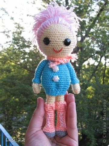 Буквально недавно на просторах интернета нашла прелестных куклёх http://www.liveinternet.ru/users/tenderrainy/post184437570/. Они очень милые и аккуратные. Сразу же захотелось связать , а взгляд пал на девочку с розовыми волосами и  в сапожках. И, связалась моя предыдущая кукла Мия http://stranamasterov.ru/node/381385. Конечно она не похожа на Кенди, но всё же. И вот, пару дней назад, в контакте  в группе амигуруми , вязаная игрушка http://vk.com/amiguru я нахожу описание этой Кенди. Собственно описание  http://vk.com/wall-28192313_4900, под фото прикреплённый файл. Конечно же я взялась её вязать, и за вчерашний день родилась моя Кенди. фото 12