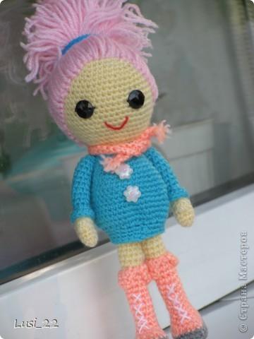 Буквально недавно на просторах интернета нашла прелестных куклёх http://www.liveinternet.ru/users/tenderrainy/post184437570/. Они очень милые и аккуратные. Сразу же захотелось связать , а взгляд пал на девочку с розовыми волосами и  в сапожках. И, связалась моя предыдущая кукла Мия http://stranamasterov.ru/node/381385. Конечно она не похожа на Кенди, но всё же. И вот, пару дней назад, в контакте  в группе амигуруми , вязаная игрушка http://vk.com/amiguru я нахожу описание этой Кенди. Собственно описание  http://vk.com/wall-28192313_4900, под фото прикреплённый файл. Конечно же я взялась её вязать, и за вчерашний день родилась моя Кенди. фото 1