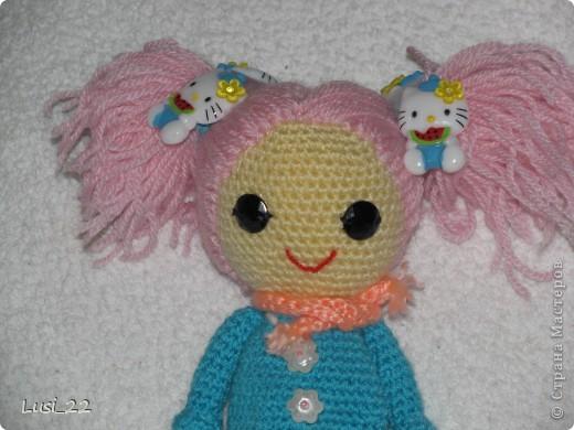Буквально недавно на просторах интернета нашла прелестных куклёх http://www.liveinternet.ru/users/tenderrainy/post184437570/. Они очень милые и аккуратные. Сразу же захотелось связать , а взгляд пал на девочку с розовыми волосами и  в сапожках. И, связалась моя предыдущая кукла Мия http://stranamasterov.ru/node/381385. Конечно она не похожа на Кенди, но всё же. И вот, пару дней назад, в контакте  в группе амигуруми , вязаная игрушка http://vk.com/amiguru я нахожу описание этой Кенди. Собственно описание  http://vk.com/wall-28192313_4900, под фото прикреплённый файл. Конечно же я взялась её вязать, и за вчерашний день родилась моя Кенди. фото 11