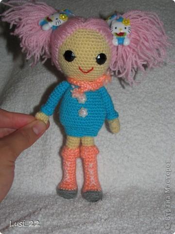 Буквально недавно на просторах интернета нашла прелестных куклёх http://www.liveinternet.ru/users/tenderrainy/post184437570/. Они очень милые и аккуратные. Сразу же захотелось связать , а взгляд пал на девочку с розовыми волосами и  в сапожках. И, связалась моя предыдущая кукла Мия http://stranamasterov.ru/node/381385. Конечно она не похожа на Кенди, но всё же. И вот, пару дней назад, в контакте  в группе амигуруми , вязаная игрушка http://vk.com/amiguru я нахожу описание этой Кенди. Собственно описание  http://vk.com/wall-28192313_4900, под фото прикреплённый файл. Конечно же я взялась её вязать, и за вчерашний день родилась моя Кенди. фото 8