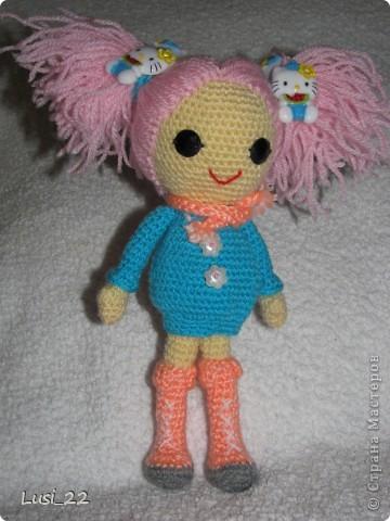 Буквально недавно на просторах интернета нашла прелестных куклёх http://www.liveinternet.ru/users/tenderrainy/post184437570/. Они очень милые и аккуратные. Сразу же захотелось связать , а взгляд пал на девочку с розовыми волосами и  в сапожках. И, связалась моя предыдущая кукла Мия http://stranamasterov.ru/node/381385. Конечно она не похожа на Кенди, но всё же. И вот, пару дней назад, в контакте  в группе амигуруми , вязаная игрушка http://vk.com/amiguru я нахожу описание этой Кенди. Собственно описание  http://vk.com/wall-28192313_4900, под фото прикреплённый файл. Конечно же я взялась её вязать, и за вчерашний день родилась моя Кенди. фото 5