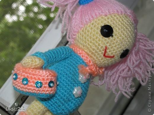 Буквально недавно на просторах интернета нашла прелестных куклёх http://www.liveinternet.ru/users/tenderrainy/post184437570/. Они очень милые и аккуратные. Сразу же захотелось связать , а взгляд пал на девочку с розовыми волосами и  в сапожках. И, связалась моя предыдущая кукла Мия http://stranamasterov.ru/node/381385. Конечно она не похожа на Кенди, но всё же. И вот, пару дней назад, в контакте  в группе амигуруми , вязаная игрушка http://vk.com/amiguru я нахожу описание этой Кенди. Собственно описание  http://vk.com/wall-28192313_4900, под фото прикреплённый файл. Конечно же я взялась её вязать, и за вчерашний день родилась моя Кенди. фото 14