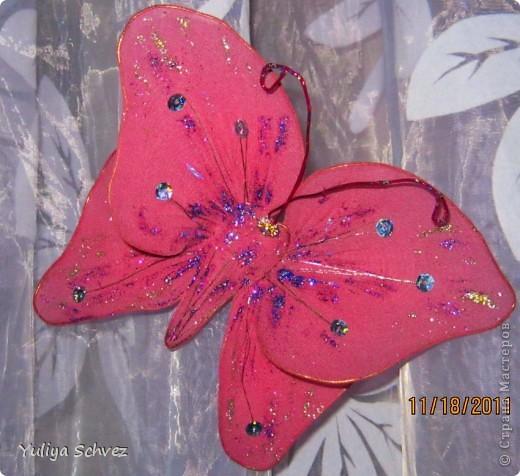 Вот такие бабочки с капрона у меня получились! Очень старалась, работой осталась довольна. В ход пошли капроновые колготы, крылышки раскрашивала косметическим карандашем+блестки наклеяла. Розовую бабочку красила краской для яиц, замочила на 2 часа и вот такой цвет получился.Рада всем кто заглянул! фото 2
