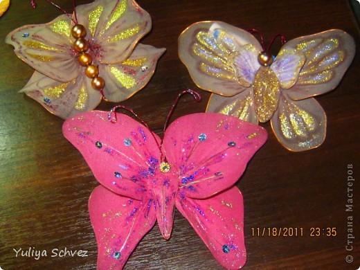 Вот такие бабочки с капрона у меня получились! Очень старалась, работой осталась довольна. В ход пошли капроновые колготы, крылышки раскрашивала косметическим карандашем+блестки наклеяла. Розовую бабочку красила краской для яиц, замочила на 2 часа и вот такой цвет получился.Рада всем кто заглянул! фото 1