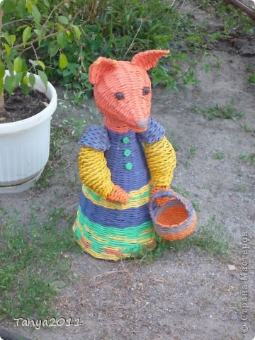 Первой из сказки появилась лисичка-сестричка. Голову получили, оплетая шар из фольги. Теперь на подходе - зайка. В общем, на пришкольном лагере не приходилось скучать. фото 4