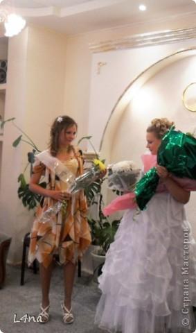 Каждое платье сшитое мной имеет свою историю. Есть история и у этого. В прошлом году моя младшая дочь неожиданно сообщила мне что она будет свидетельницей и ведущей на свадьбе у своей подруги. Как вы понимаете, что платье должно соответствовать моменту... Но летом хотелось чего-то солнечного, но при этом оно не должно затмевать платье невесты. Так получалось, что ни мерок, ни примерок, ни времени, ни подходящей ткани не было. фото 2