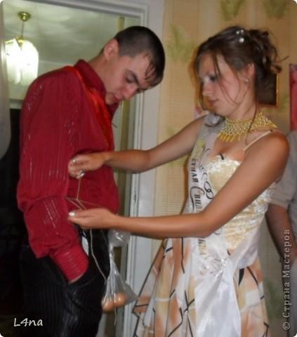 Каждое платье сшитое мной имеет свою историю. Есть история и у этого. В прошлом году моя младшая дочь неожиданно сообщила мне что она будет свидетельницей и ведущей на свадьбе у своей подруги. Как вы понимаете, что платье должно соответствовать моменту... Но летом хотелось чего-то солнечного, но при этом оно не должно затмевать платье невесты. Так получалось, что ни мерок, ни примерок, ни времени, ни подходящей ткани не было. фото 3