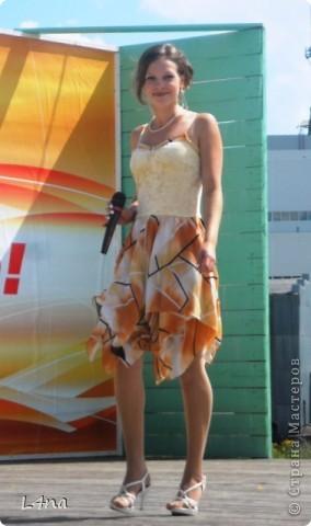 Каждое платье сшитое мной имеет свою историю. Есть история и у этого. В прошлом году моя младшая дочь неожиданно сообщила мне что она будет свидетельницей и ведущей на свадьбе у своей подруги. Как вы понимаете, что платье должно соответствовать моменту... Но летом хотелось чего-то солнечного, но при этом оно не должно затмевать платье невесты. Так получалось, что ни мерок, ни примерок, ни времени, ни подходящей ткани не было. фото 1