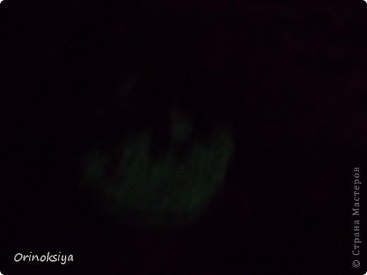 Скатала шар из пластики, ровно раздавила, получилась округлая форма подвески. Аккуратно ручкой прочертила сверху границу домов. Скрутила колбаски из белой пластики и маленькие колбаски оранжевой, красной и зеленой. Нарезала канцелярским ножом колбаски, скатала в круг, той же ручкой(можно иглой, спицей, карандашом и т.д.) поместила круглешки рядами до границы, делая в них отверстия. Добавила цветных вставок, вырезала из белой пластики месяц. Проделала дырочку под крепеж для подвески. Поставила в духовку на среднюю мощность на 15 мин. После выпечки белую часть покрасила краской, которая светится в темноте. фото 2