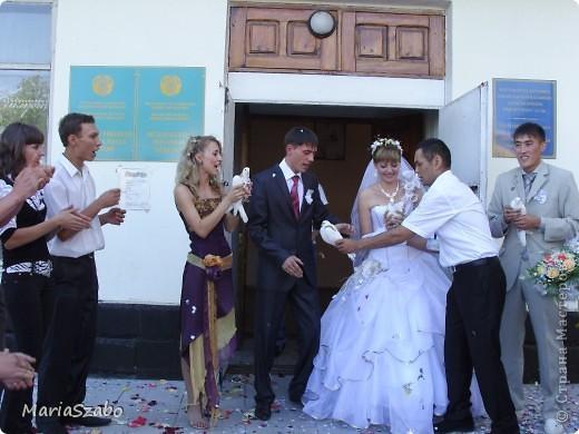Вот в таком платье я была дружкой на свадьбе у подруги! Сочетание цветов: фиолетовый и золотой. Материалы: Жаккард на основу платья, атлас стрейч на верхнюю юбку и органза металлик разных цветов на два нижних слоя юбки, кружево для декора. фото 5
