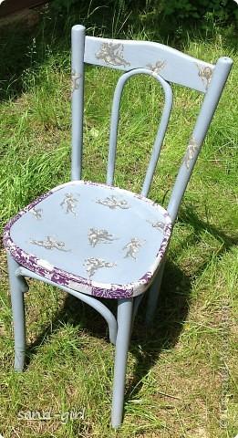 И снова здравствуйте! Как всегда я не даю мебели на даче выбрасываться! Старый коричневый стул был покрашен серой краской и залеплен ангелочками с салфетки, которую мне подарила ТА bukfa.  фото 1