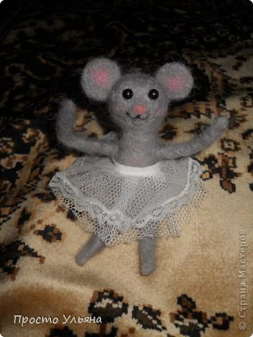 Здравствуйте,сегодня я хочу показать вам мою мышку!!Которую я сваляла на День Рождения моей троюродной сестры,ей исполнилось 18 лет,я решила подарить что-то такое чего нет ни у кого вот и родилась на свет мышаня.Валяля 2-ой раз в жизни что получилось судить вам)) фото 1