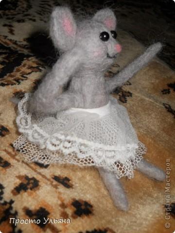 Здравствуйте,сегодня я хочу показать вам мою мышку!!Которую я сваляла на День Рождения моей троюродной сестры,ей исполнилось 18 лет,я решила подарить что-то такое чего нет ни у кого вот и родилась на свет мышаня.Валяля 2-ой раз в жизни что получилось судить вам)) фото 2