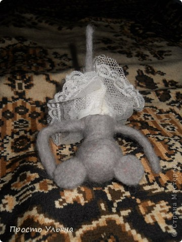 Здравствуйте,сегодня я хочу показать вам мою мышку!!Которую я сваляла на День Рождения моей троюродной сестры,ей исполнилось 18 лет,я решила подарить что-то такое чего нет ни у кого вот и родилась на свет мышаня.Валяля 2-ой раз в жизни что получилось судить вам)) фото 3