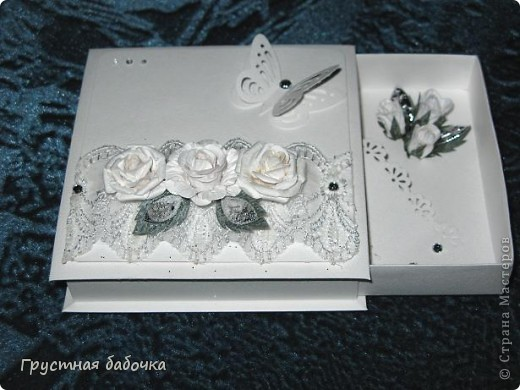 Доброго времени суток, дорогие Мастерицы! Соорудила белую коробочку на свадьбу двоюродной сестры. Попробую еще что-то цветное сделать, а потом буду выбирать что подарить. Девочки, посоветуйте, может листики убрать, как-то они не смотрятся... фото 2